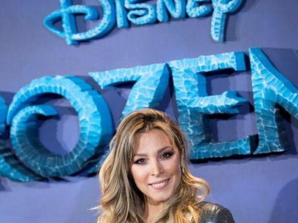 Elsa interpreta la voz de Elsa en Frozen