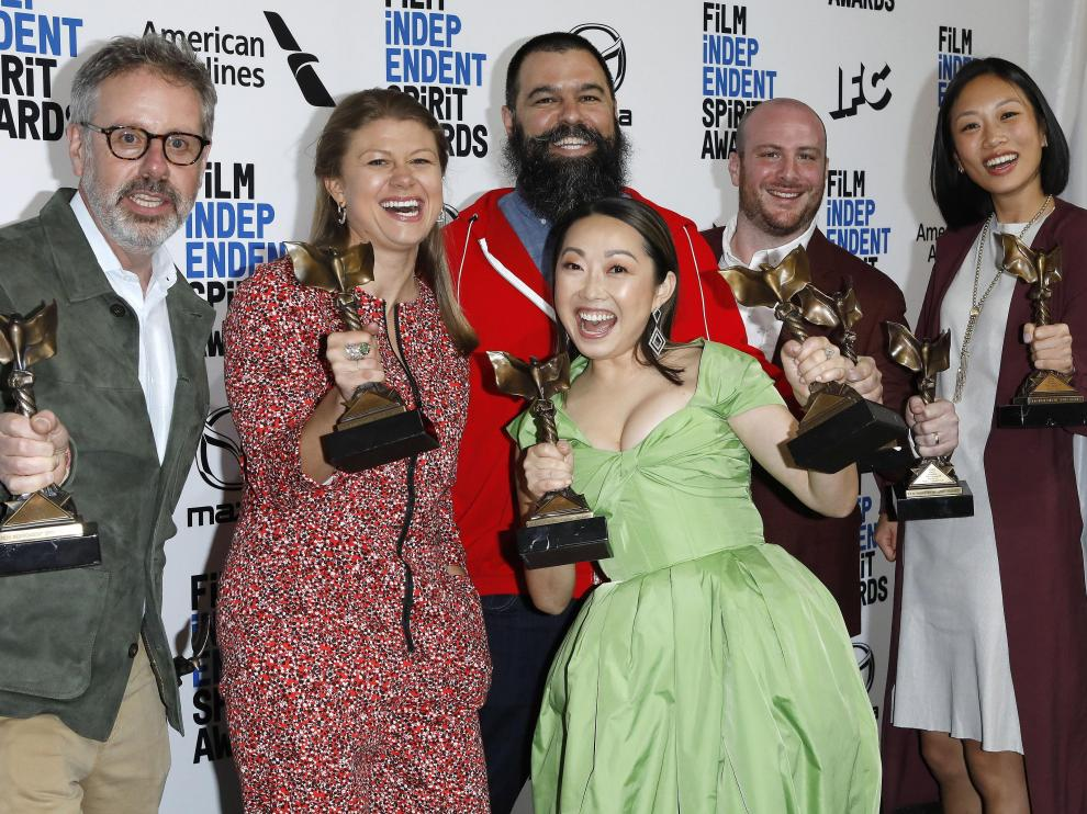 Santa Monica (United States), 09/02/2020.- (L-R) Peter Saraf, Daniele Tate Melia, Lulu Wang, Andrew Miano, a guest, and Anita Gou, winners of Best Feature for 'The Farewell' pose in the press room at the 2020 Film Independent Spirit Awards in Santa Monica, California, USA, 08 February 2020. The award ceremony, organized by the non-profit organization Film Independent, honors the finest independent films of the preceding year. (Estados Unidos) EFE/EPA/NINA PROMMER 35th Film Independent Spirit Awards