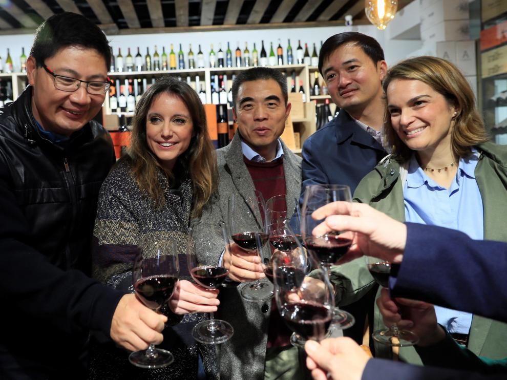 Andrea Levy, segunda por la izquierda, durante la visita a varios comercios del distrito de Usera.