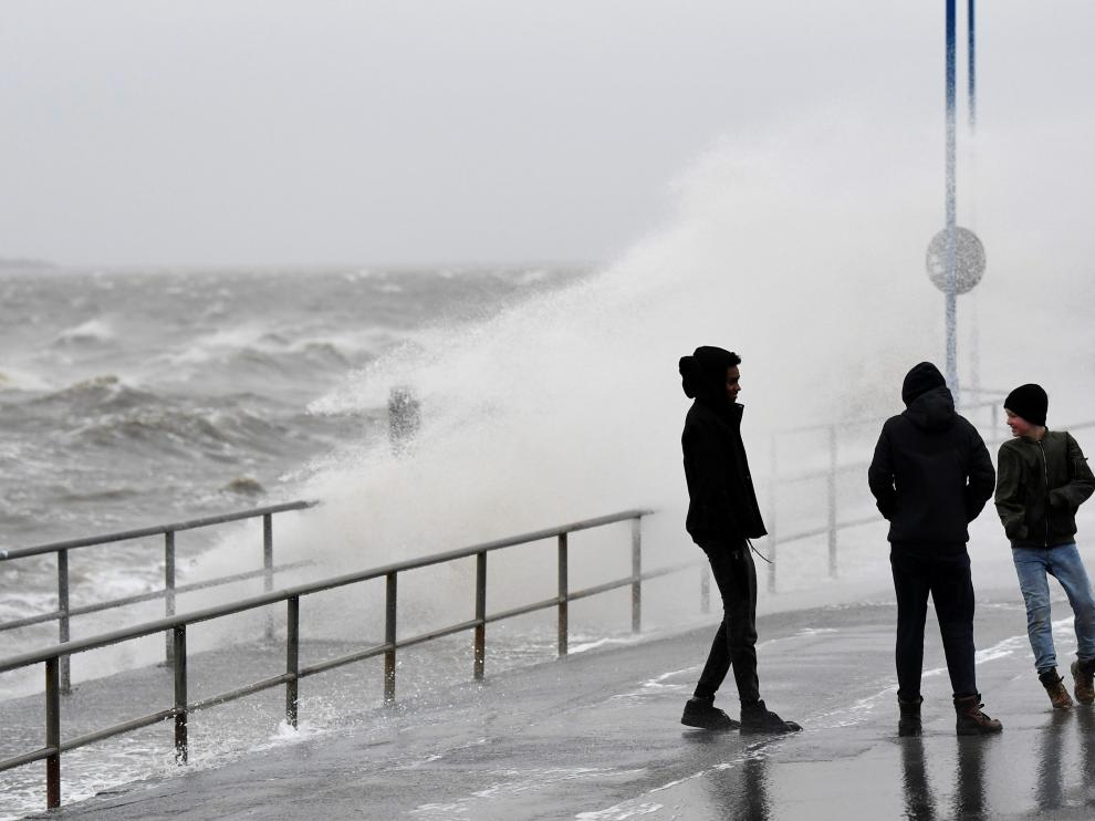 """People walk in the harbour as storm """"Sabine"""" hits coast of Dagebuell at the North Sea, Germany, February 9, 2020. REUTERS/Fabian Bimmer [[[REUTERS VOCENTO]]] GERMANY-WEATHER/SABINE"""