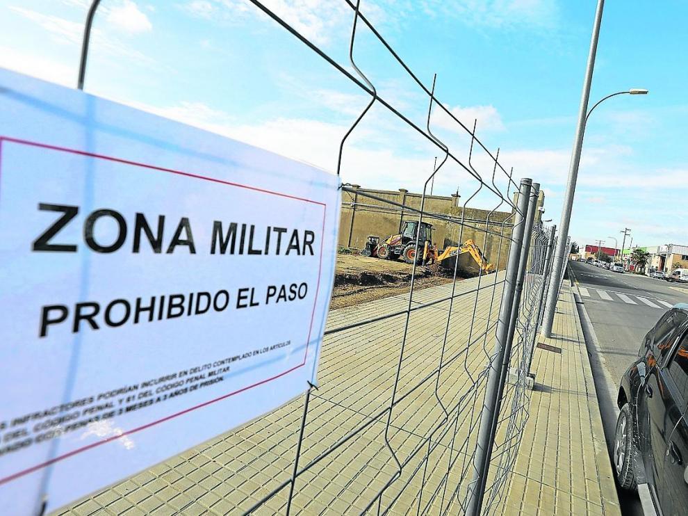 Una máquina trabaja en la zona anexionada al cuartel, destinada a los vehículos y talleres.