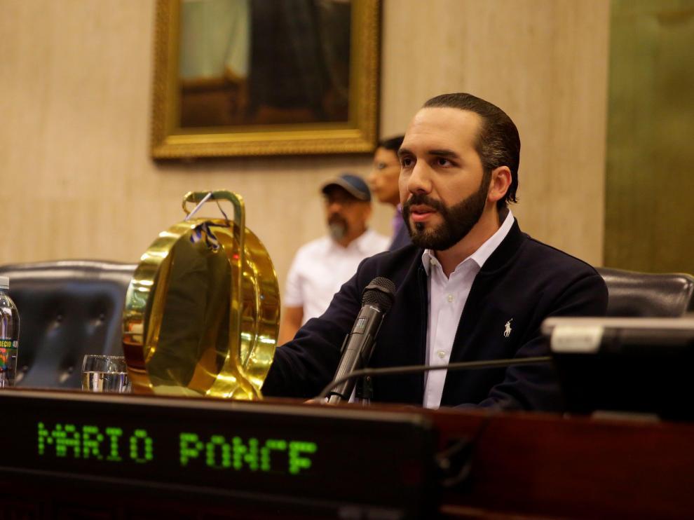 El presidente de El Salvador Nayib Bukele irrumpió este domingo en el Parlamento con paramilitares.