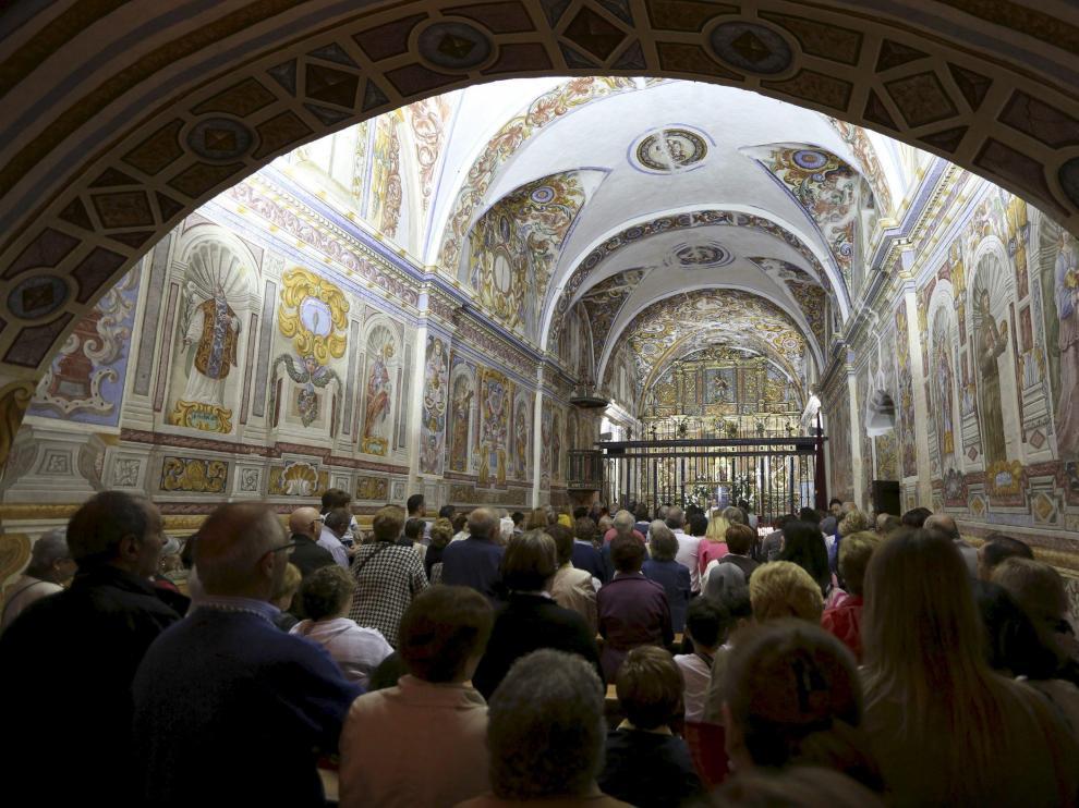 Interior de la ermita de Casbas, cuyas paredes están decoradas con frescos del siglo XVIII.