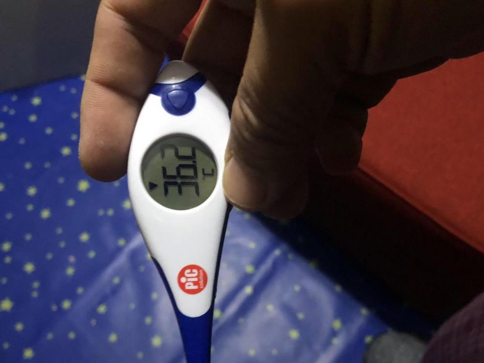 Un ciudadano chino, en cuarentena voluntaria por el virus, se toma la temperatura en su domicilio de Zaragoza.