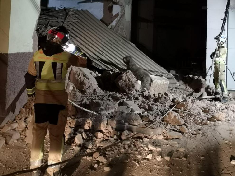 Los bomberos, con ayuda de un perro, descartaron que hubiera personas entre los escombros.