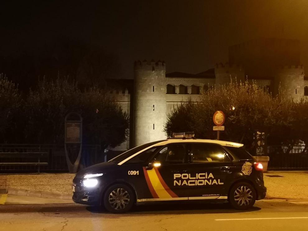 Un coche de la Policía Nacional en el entorno de la Aljafería