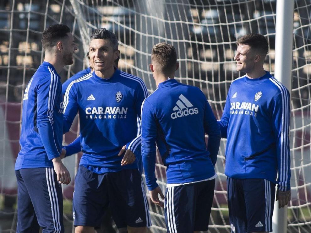 Burgui (izda.) charla con Torres, Blanco (de espaldas) y Vigaray en el entrenamiento de este viernes. Curiosamente son los cuatro ex del Alavés que coinciden ahora en el vestuario del Real Zaragoza.