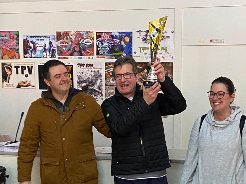 César Dubón, bicampeón de pinball de España, recoge el trofeo.
