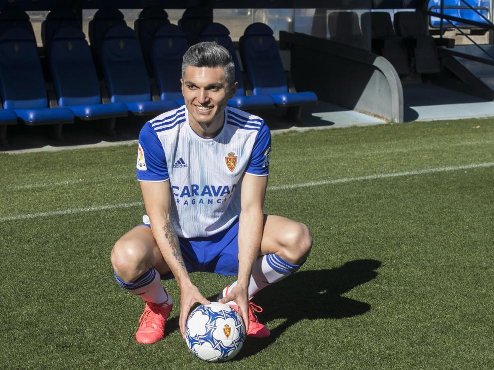 Dani Torres posa como nuevo jugador del Zaragoza.