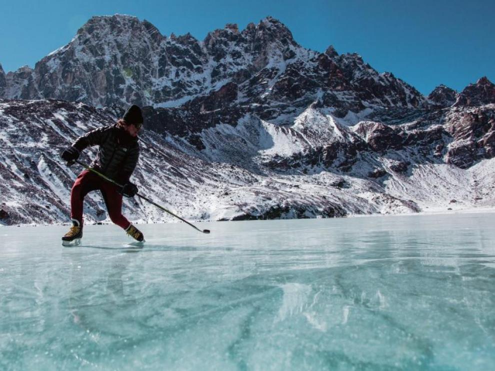 Partido de hockey sobre hielo en la pista más alta del mundo, en Nepal.