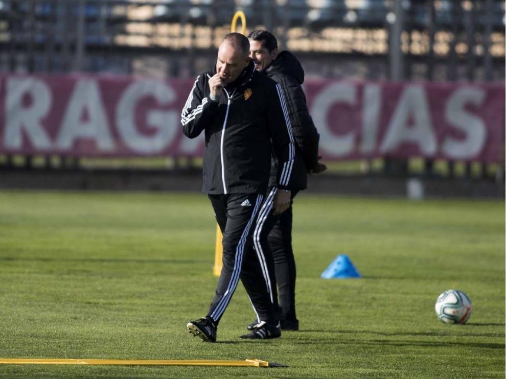 Víctor Fernández bromea con José Luis R. Loreto en la sesión preparatoria del equipo previa al viaje a Elche.