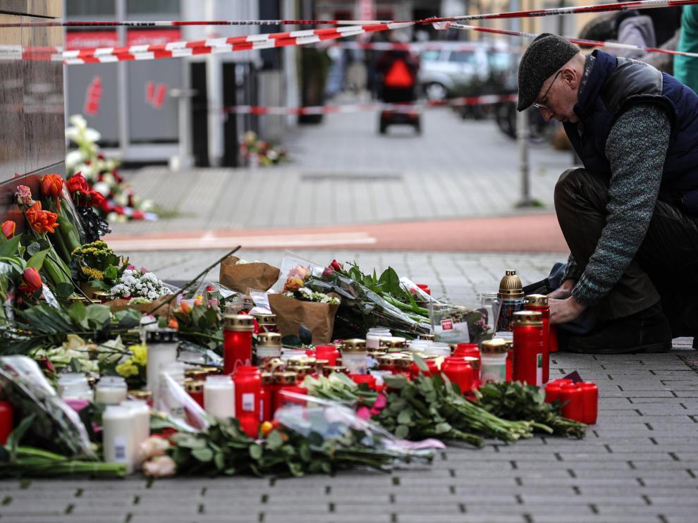 Velas y flores en uno de los lugares donde ocurrieron los tiroteos de Hanau.
