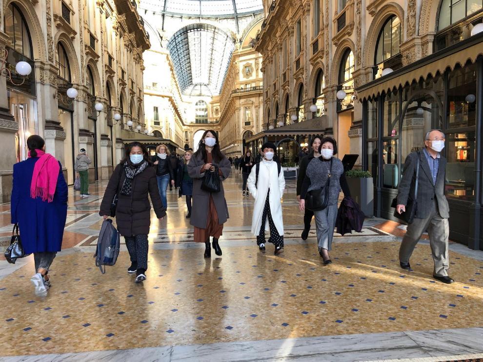 Asiáticos ivsitan la Galería Vittorio Emanuele de Milán con mascarillas, este lunes.