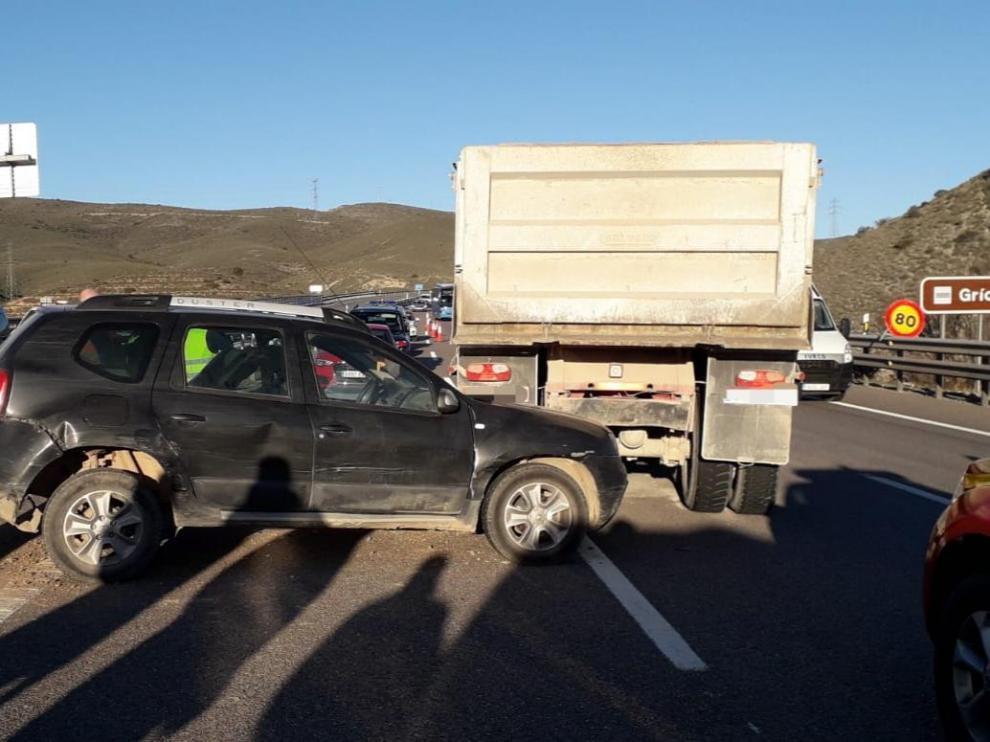 Estado en el ha quedado el vehículo, empotrado bajo el camión.