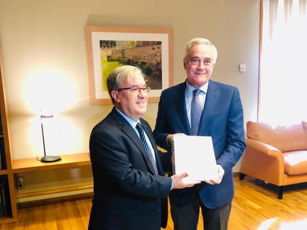 El Justicia de Aragón, Ángel Dolado, entrega esta mañana el Informe de 2019 al presidente de las Cortes de Aragón, Javier Sada.