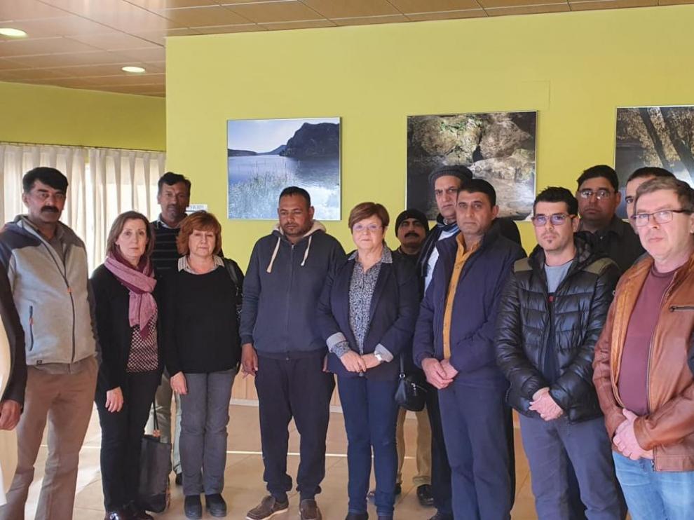 Miembros de la comunidad pakistaní, junto a responsables municipales de Caspe.