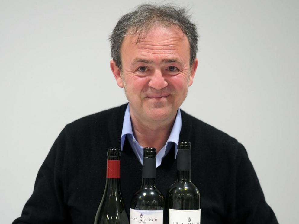 Luis Oliván, con los tres vinos que elabora.
