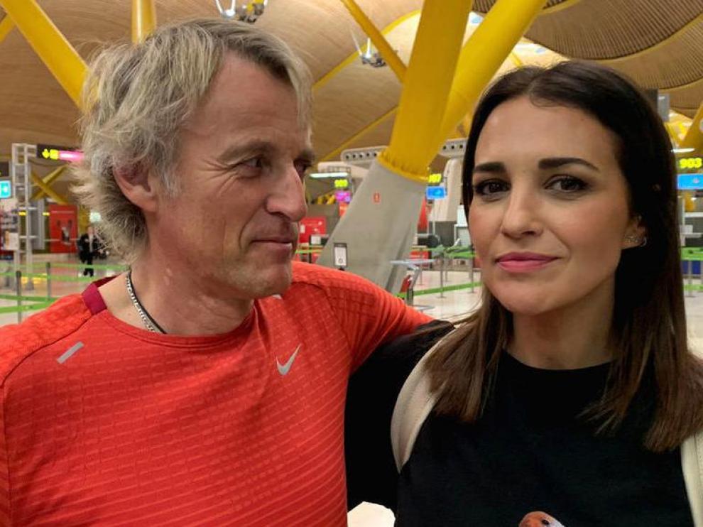 Paula Echevarría junto a Jesús Calleja en el aeropuerto de Madrid