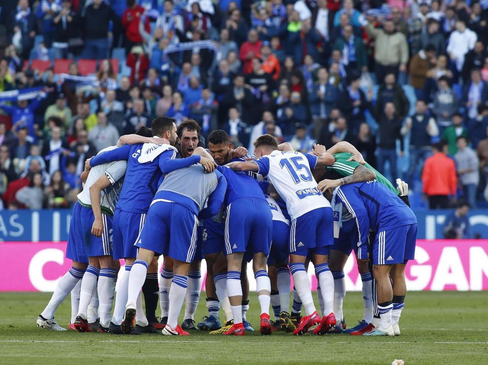 Los jugadores del Real Zaragoza se abrazan formando una piña al finalizar el encuentro contra el Deportivo.