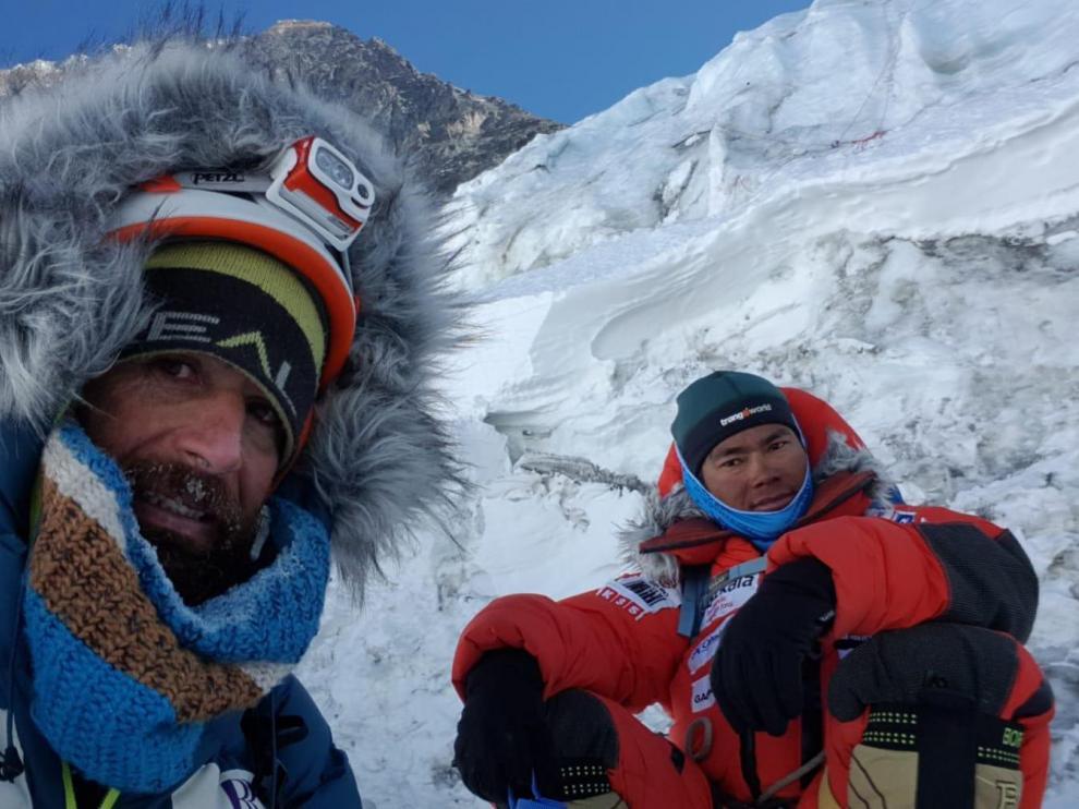 Alex Txiko (izquierda) junto con un sherpa, en el campo base del Everest