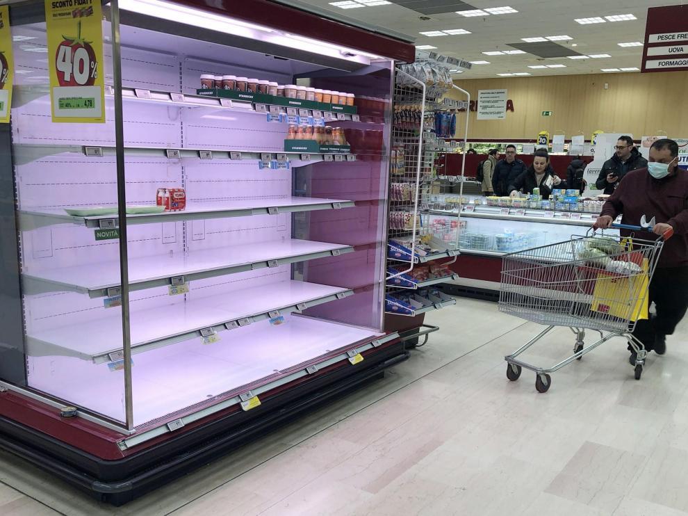 Estantes de un supermercado italiano vacíos por el temor al coronavirus.