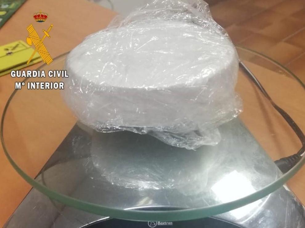 La pastilla de cocaína intervenida por la Guardia Civil.