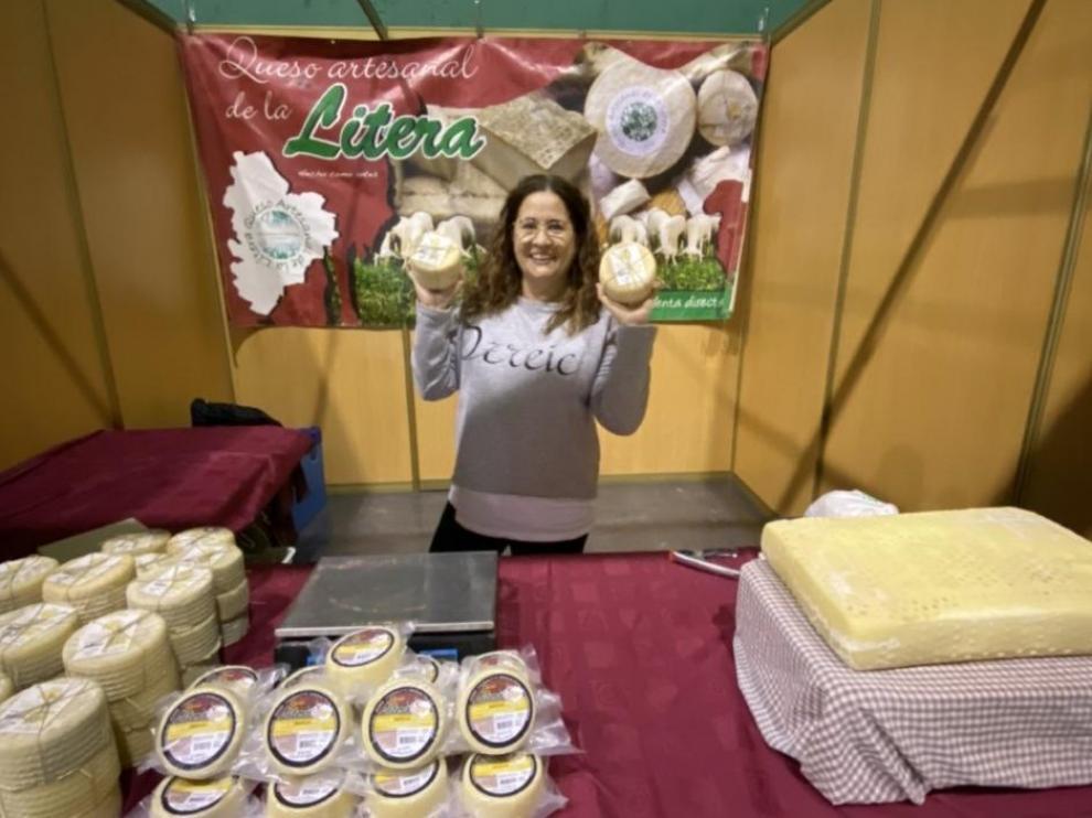 Elena Uzcategui, en la feria de Biescas con sus quesos.