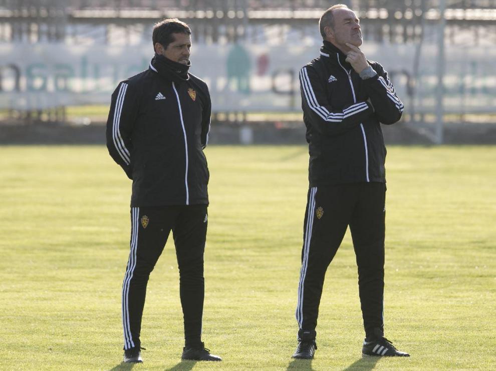 Víctor Fernández, con su ayudante, José Luis R. Loreto, observa con atención el entrenamiento de sus jugadores.
