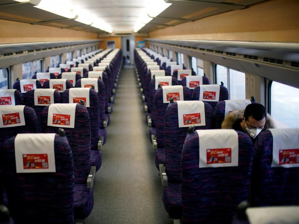 Un pasajero con máscara en un tren en Shanghai.
