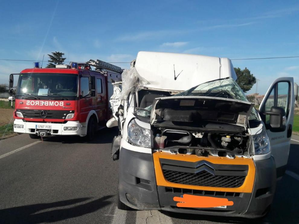 La furgoneta ha quedado seriamente dañada tras la colisión con el tractor.