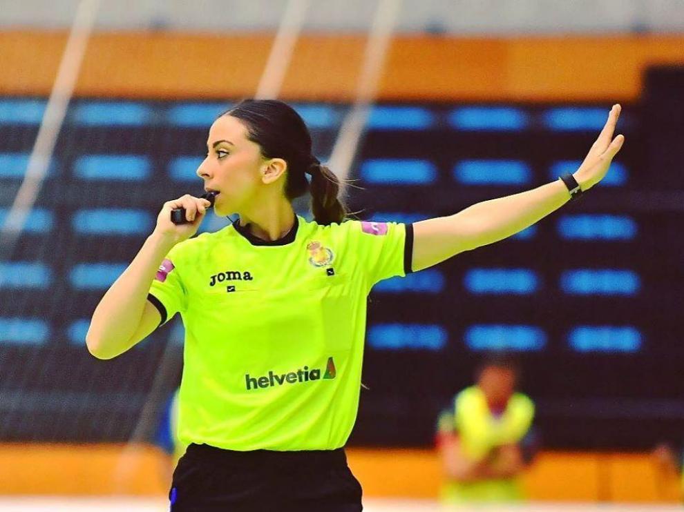 Lorena García Gil es árbitra nacional e internacional tanto de balonmano en pista como balonmano playa