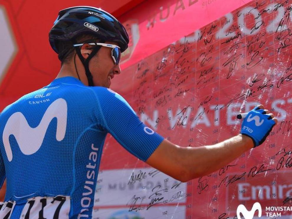 Sergio Samitier, en el control de firmas de la quinta etapa del Tour UAE