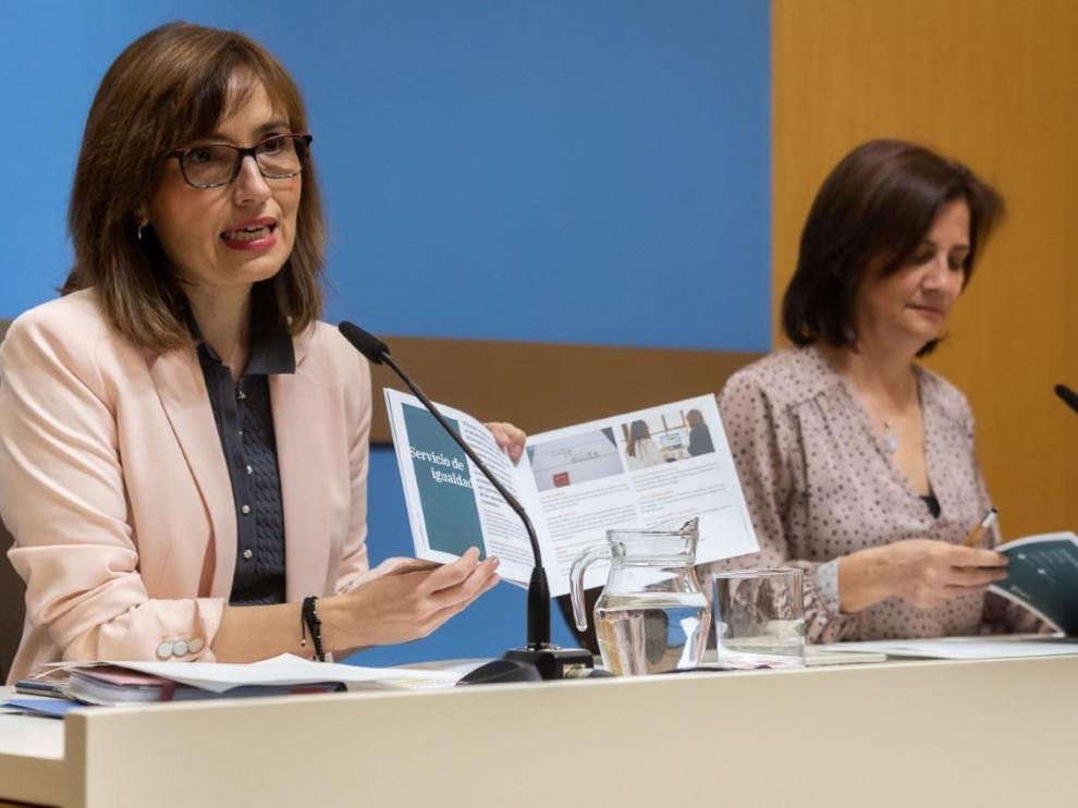 La concejala de Mujer, Igualdad y Juventud, María Antoñanzas, y la jefa del Servicio de Igualdad, Ana Gaspar, presentan en rueda de prensa la programación de los cursos que se impartirán en la Casa de la Mujer