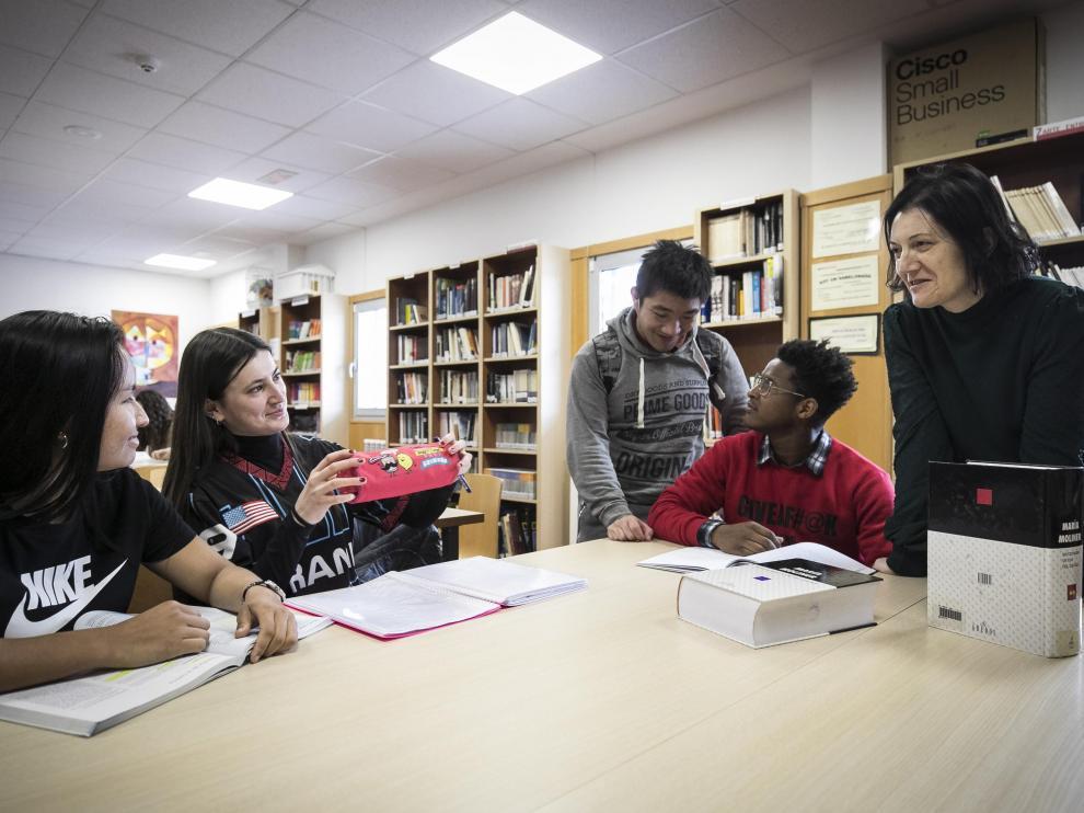 María Pilar Benítez, en la biblioteca del IES La Azucarera, con estudiantes del Aula de Español. La profesora siempre ha compaginado docencia e investigación