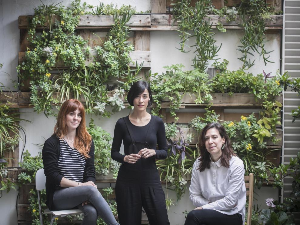 De izquierda a derecha, las artistas Carla Nicolás y Gema Rupérez y la galerista Patricia Rodrigo