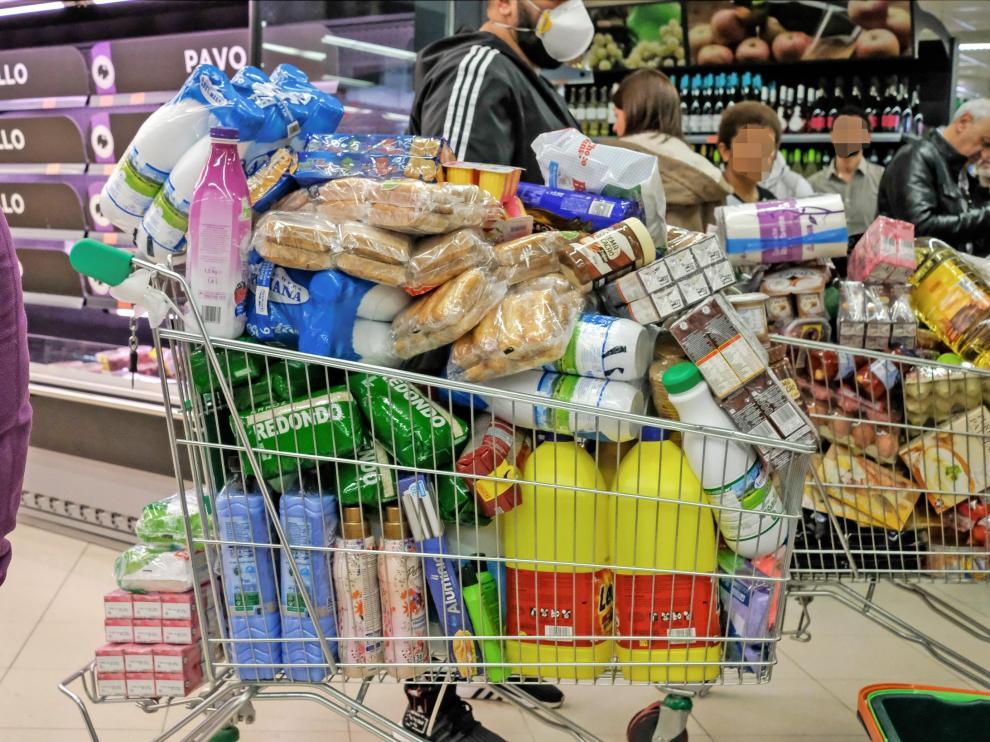Un cliente con mascarilla realiza la compra en un supermercado de Madrid.