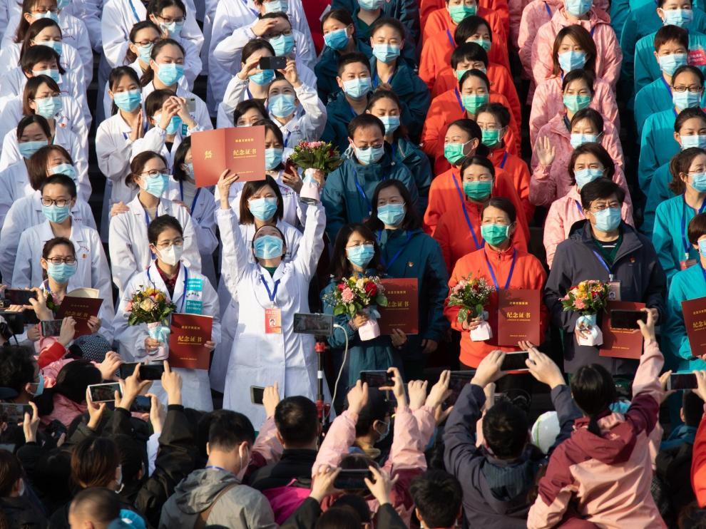 El personal sanitario de uno de los hospitales provisionales construidos en Wuhan celebra el alta de todos sus pacientes.