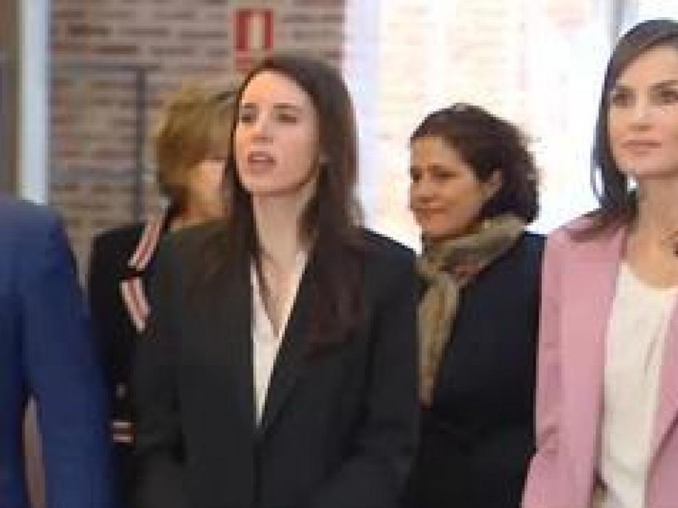 Tras el positivo de la ministra de Igualdad, Irene Montero, los reyes se someten a la prueba del coronavirus. Montero coinidió la semana pasada con la reina y el vicepresidente, Pablo Iglesias, en cuarentena, lo hizo con Felipe VI en el Consejo de Seguridad Nacional.