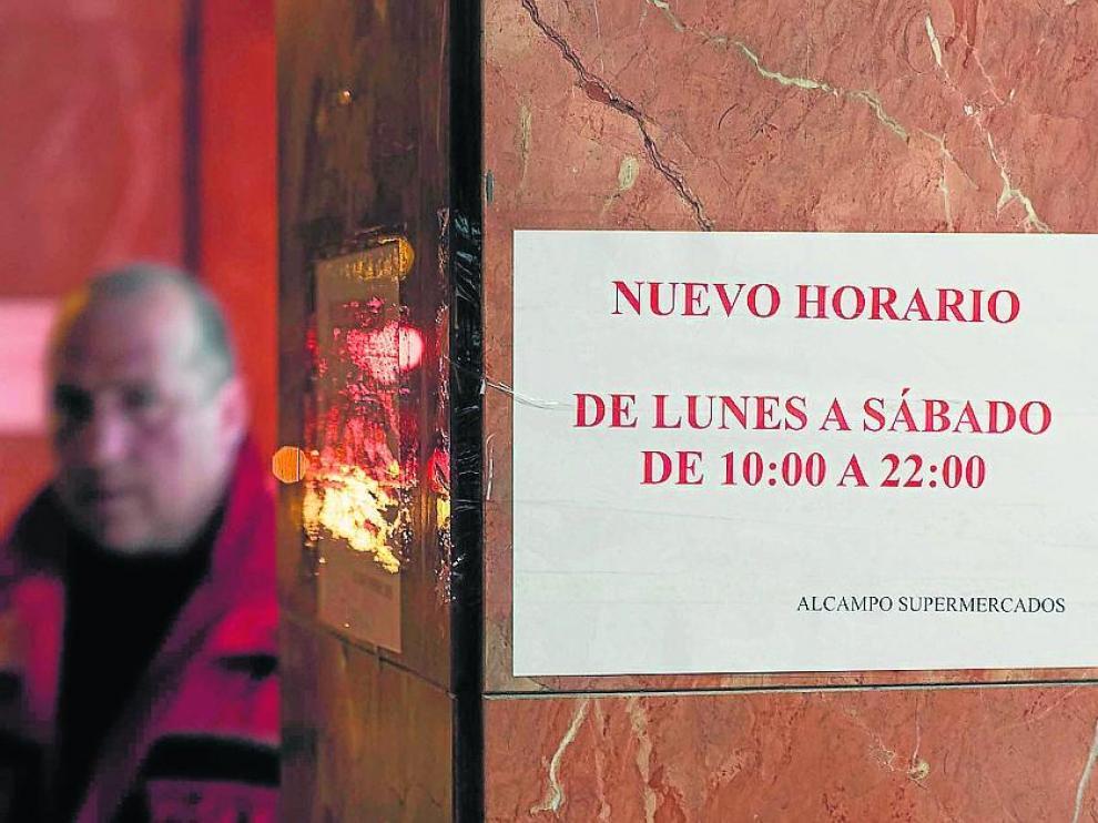 Aviso con los nuevos horarios de los establecimientos de Alcampo durante el estado de emergencia.