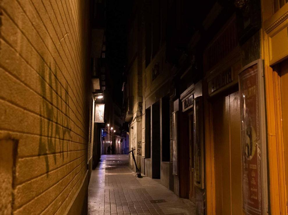 Las calles de Zaragoza estuvieron prácticamente desiertas la noche del sábado tras la entrada en vigor de las restricciones por la crisis del coronavirus.