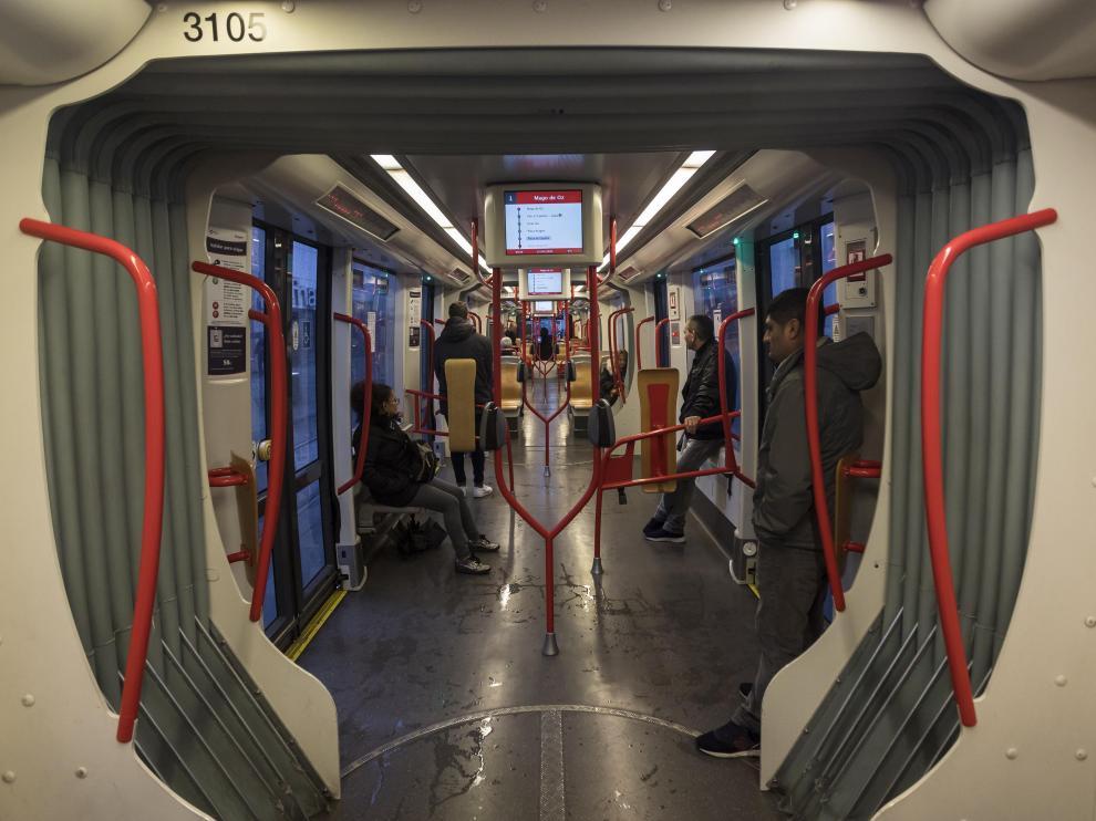 La imagen que presentaban ayer los tranvías contrasta con las habituales aglomeraciones.