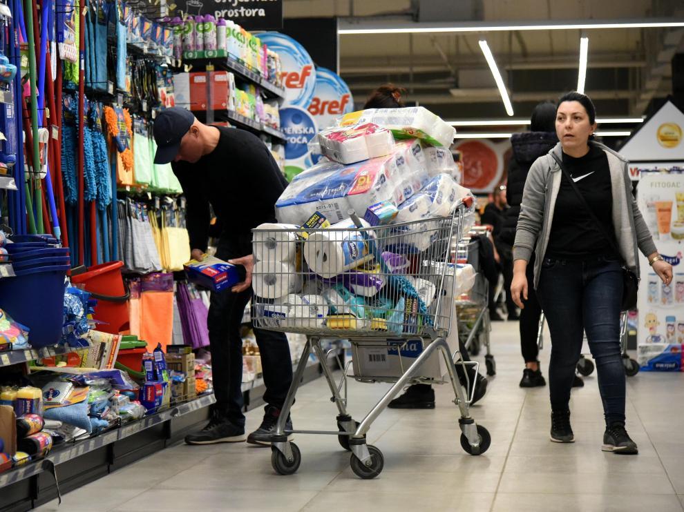 Dos personas hacen una gran compra en un supermercado de Podgorica, Montenegro.
