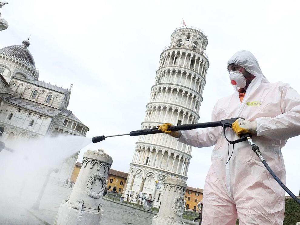 Labores de desinfección en los alrededores de la torre de Pisa.