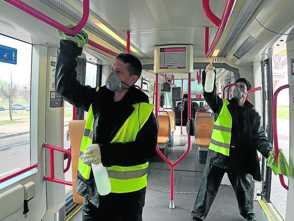 Labores de desinfección en el tranvía de Zaragoza