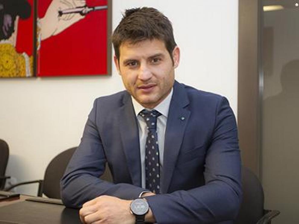 Javier Paredes, exjugador del Real Zaragoza, en su despacho de abogado.