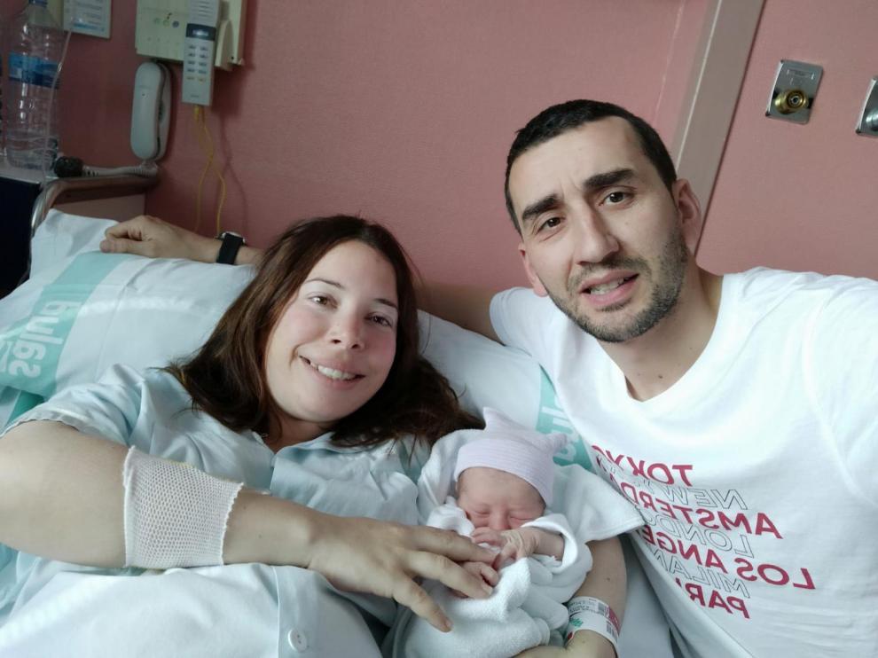 Miriam Aznar y Luis Miguel Giménez junto a su hija recién nacida, Leyre.