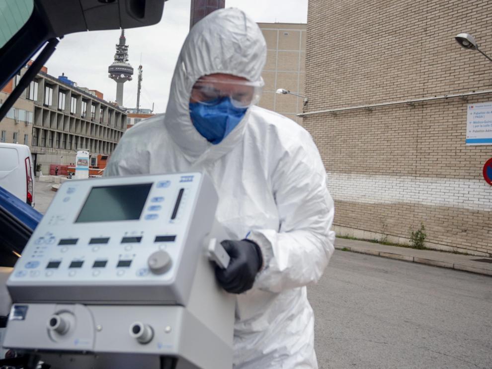 Un médico lleva un respirador al Hospital Gregorio Marañón de Madrid.