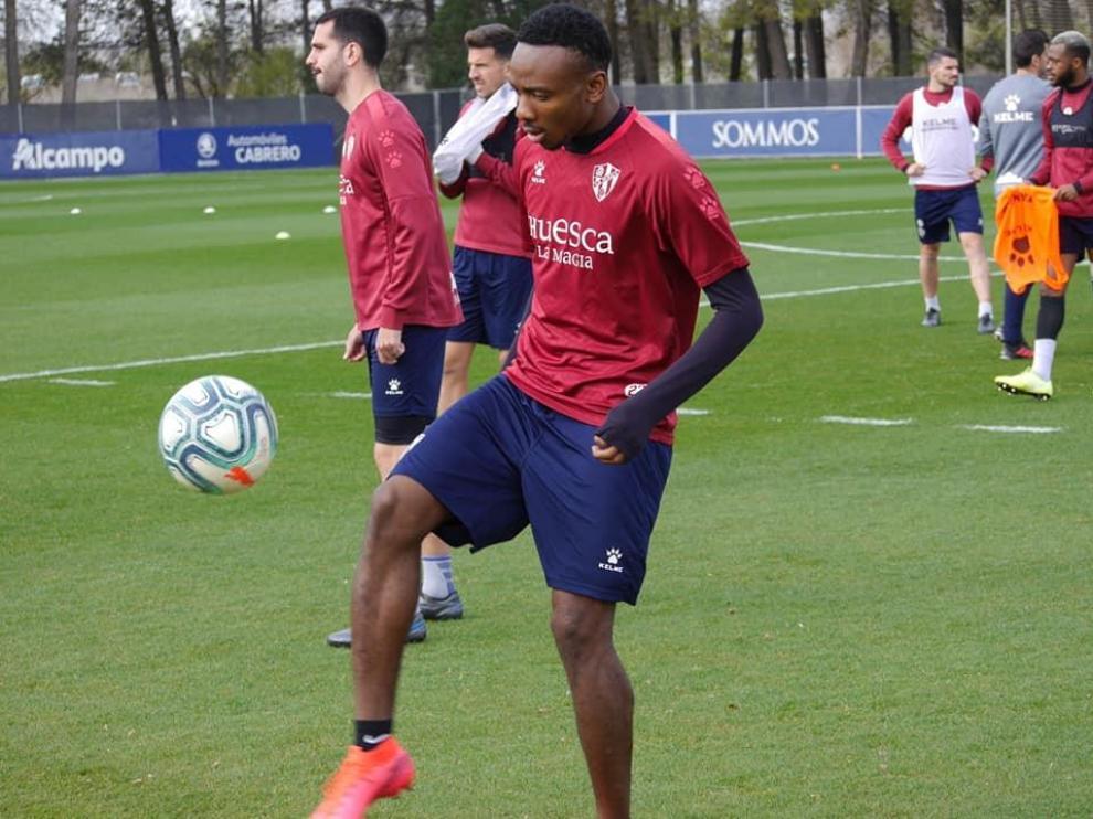 Kelechi Nwakali, durante un entrenamiento con la SD Huesca.