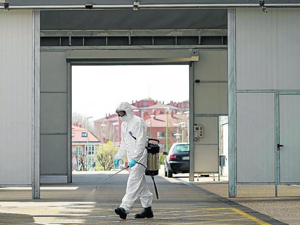 Un bombero desinfecta la entrada de Urgencias del hospital de Burgos.