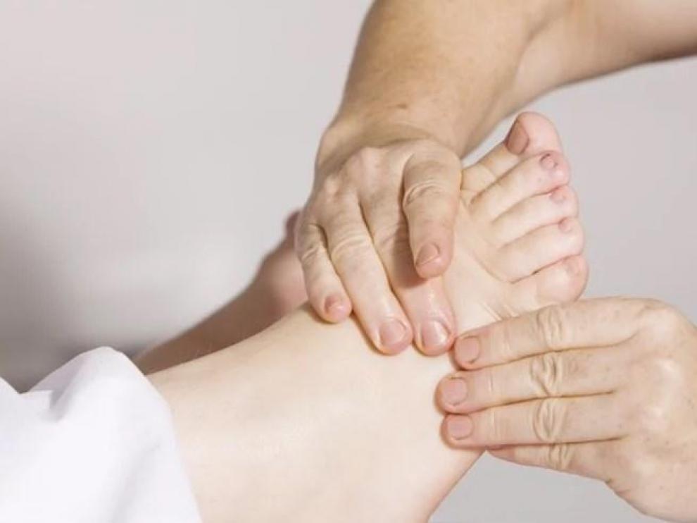 Un profesional sanitario da un masaje a un paciente.